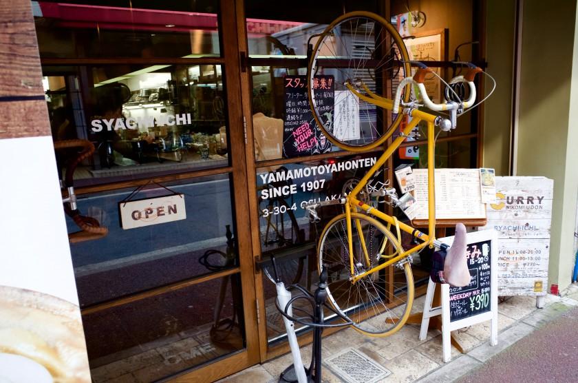 なぜか入り口壁面に自転車がついている「鯱市」