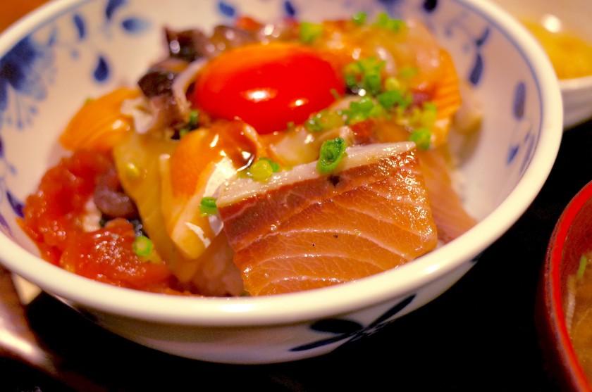 海鮮丼の具材はその日とれた新鮮なものを日替わりで