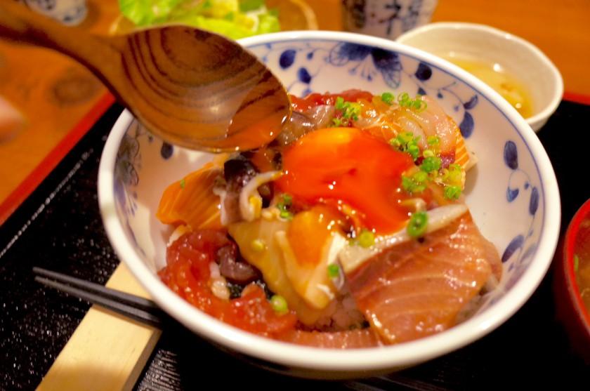 醤油漬けになった黄身がとろーりする海鮮丼