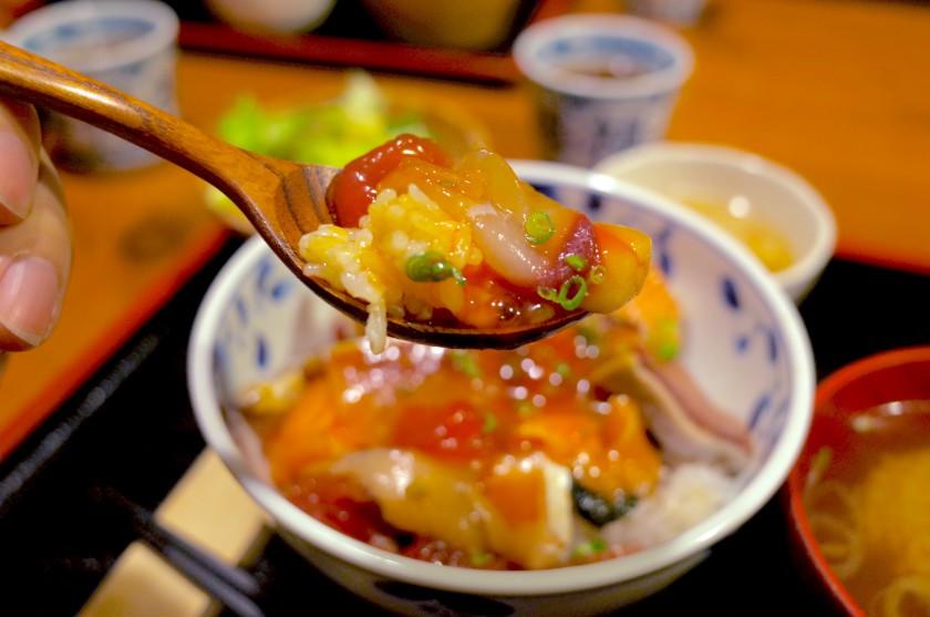 たまごをからめてざっくり混ぜて食べる海鮮丼