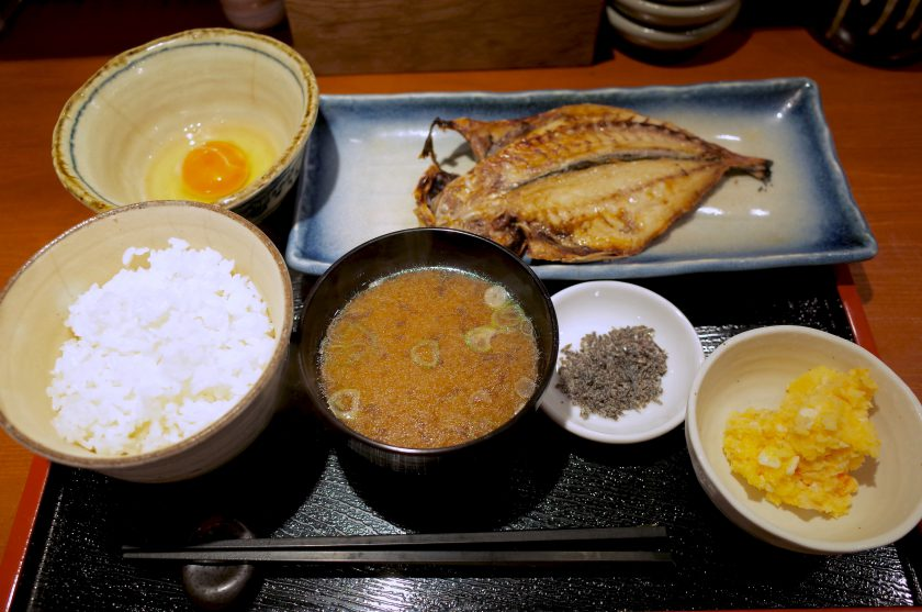 めしの助の卵かけ御飯と鯵の干物定食