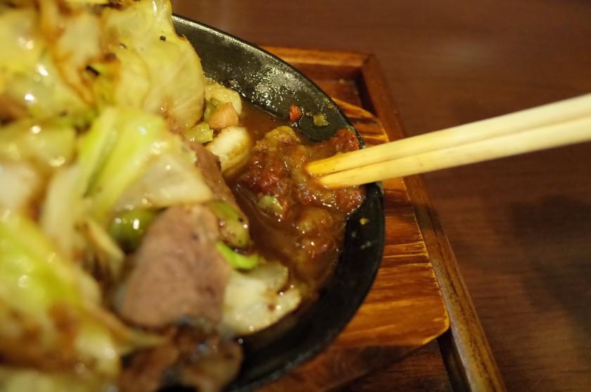 肉汁と味噌と柚子胡椒を混ぜ合わせてソースを作ります