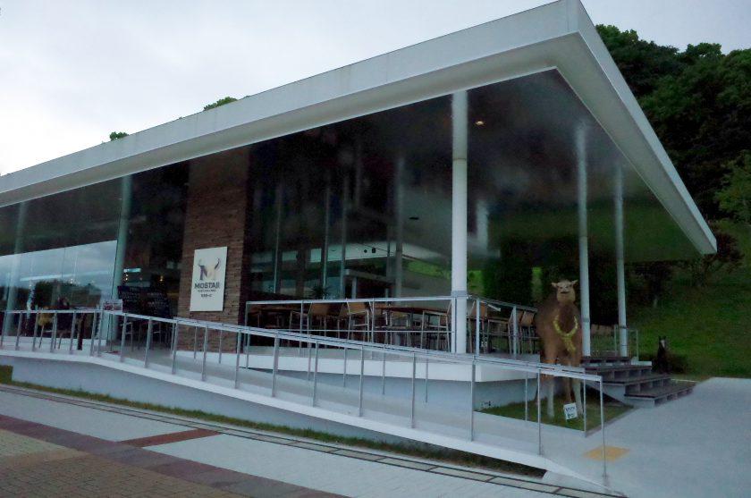 全面ガラス張りのおしゃれな外観のBBQハウスモスタージ