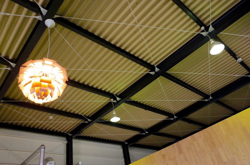 SIENA COFFEE FACTORYの高い天井と照明