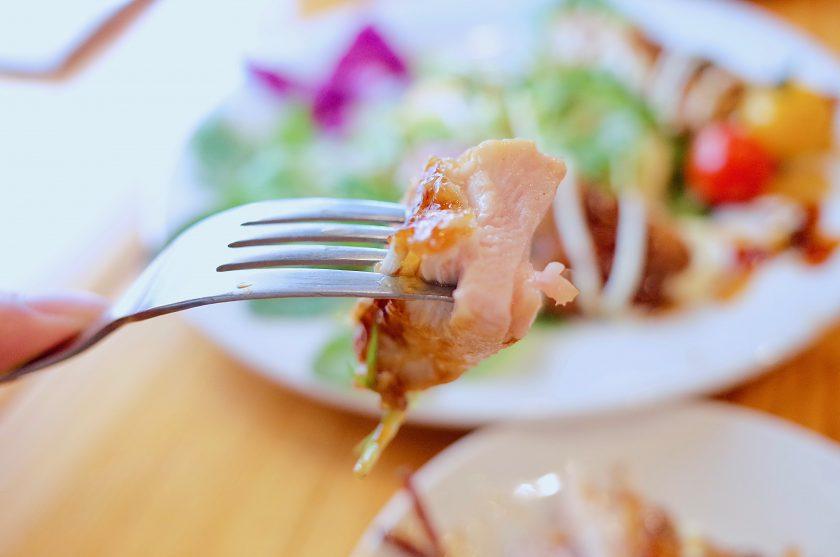 Vege(ベジ)の彩り野菜と照り焼きチキンのパンケーキ