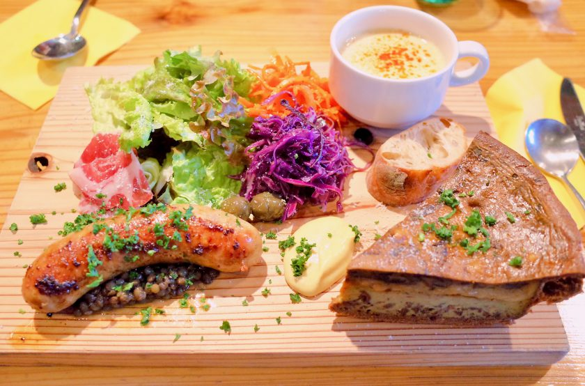 尼ケ坂カフェの贅沢なキッシュプレート