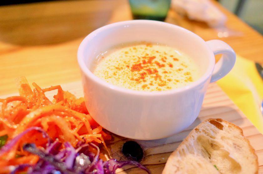 尼ケ坂カフェの贅沢なキッシュプレートのスープ