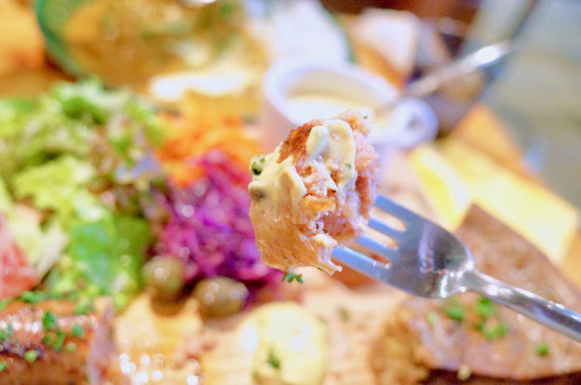 尼ケ坂カフェの贅沢なキッシュプレートのソーセージ
