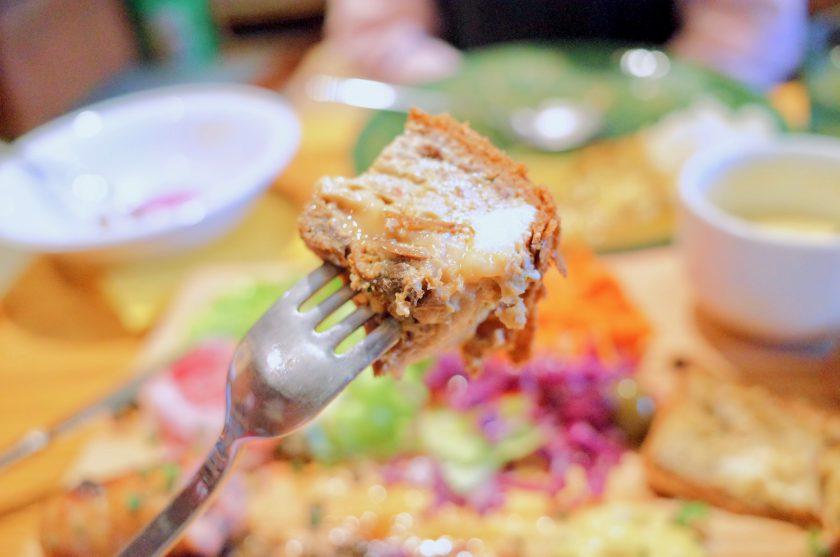 尼ケ坂カフェの贅沢なキッシュプレートのキッシュ