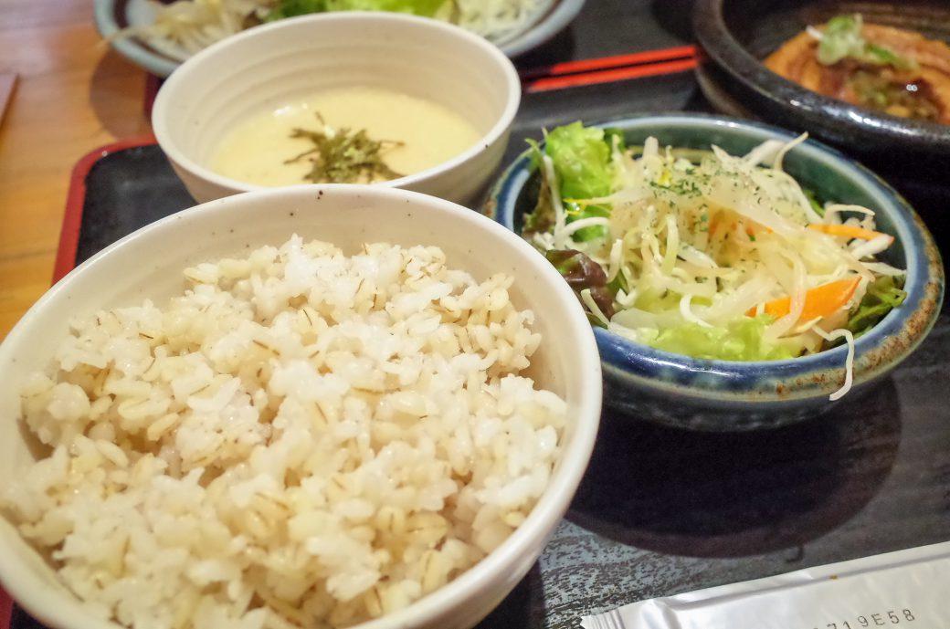 泰山(たいざん)の麦とろご飯とサラダ