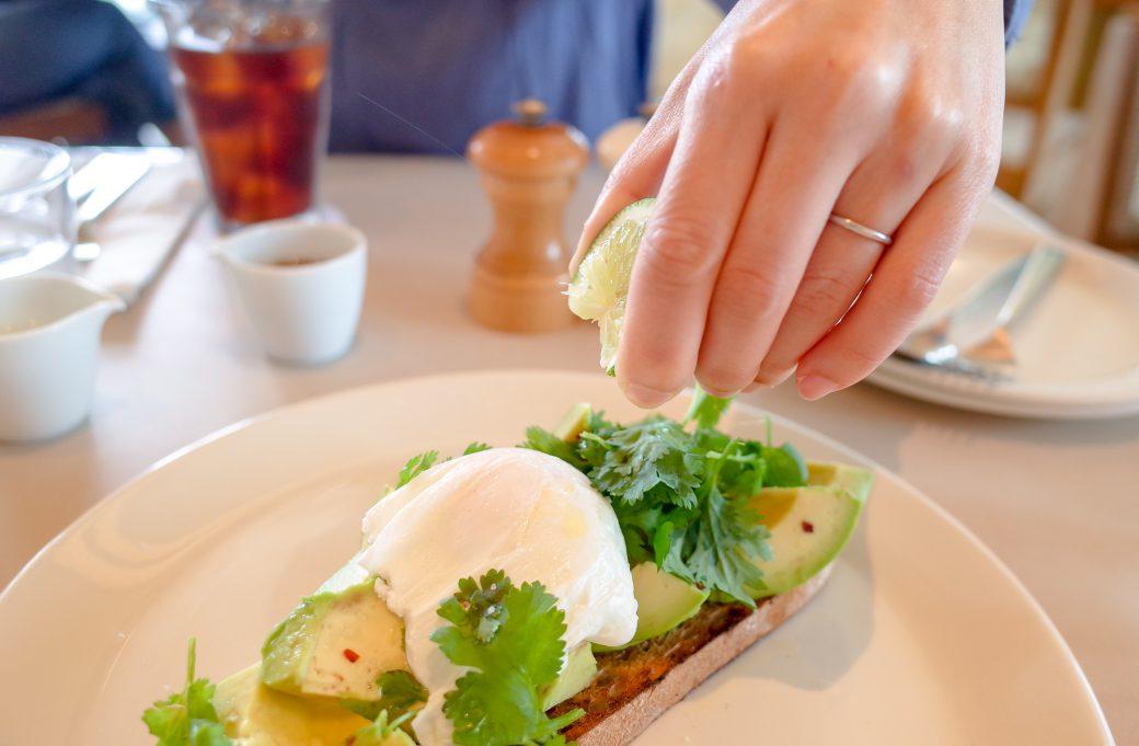 表参道billsのアヴォカド・ライム・コリアンダーのオープンサンドイッチ(ポーチドエッグ付き)