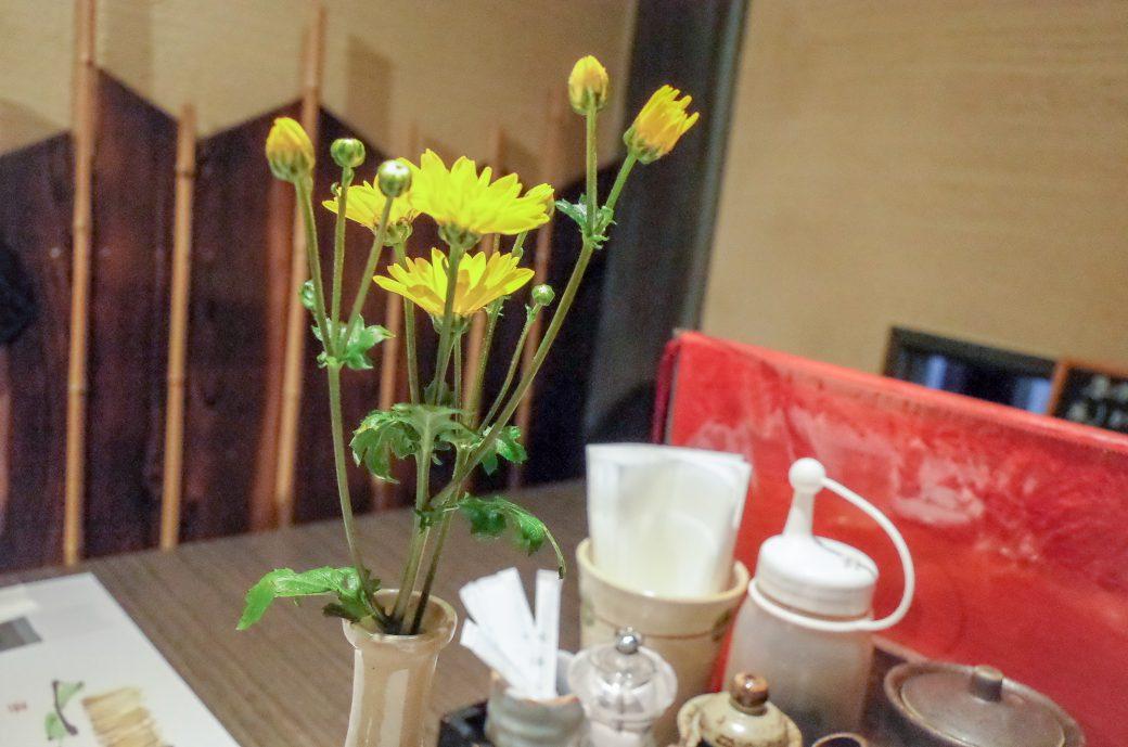 とんかつ食房 厚しの花と机の様子