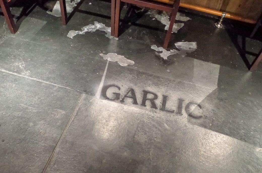 にんにく酒場 まるガリや 床の文字