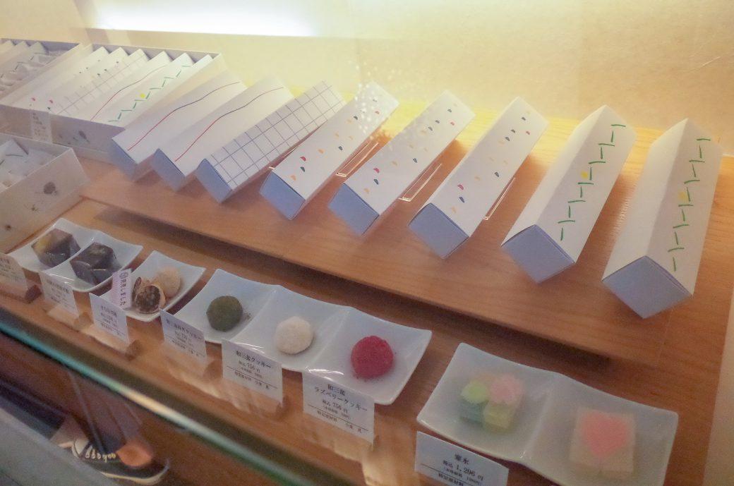 花桔梗のディスプレイに並ぶ和菓子