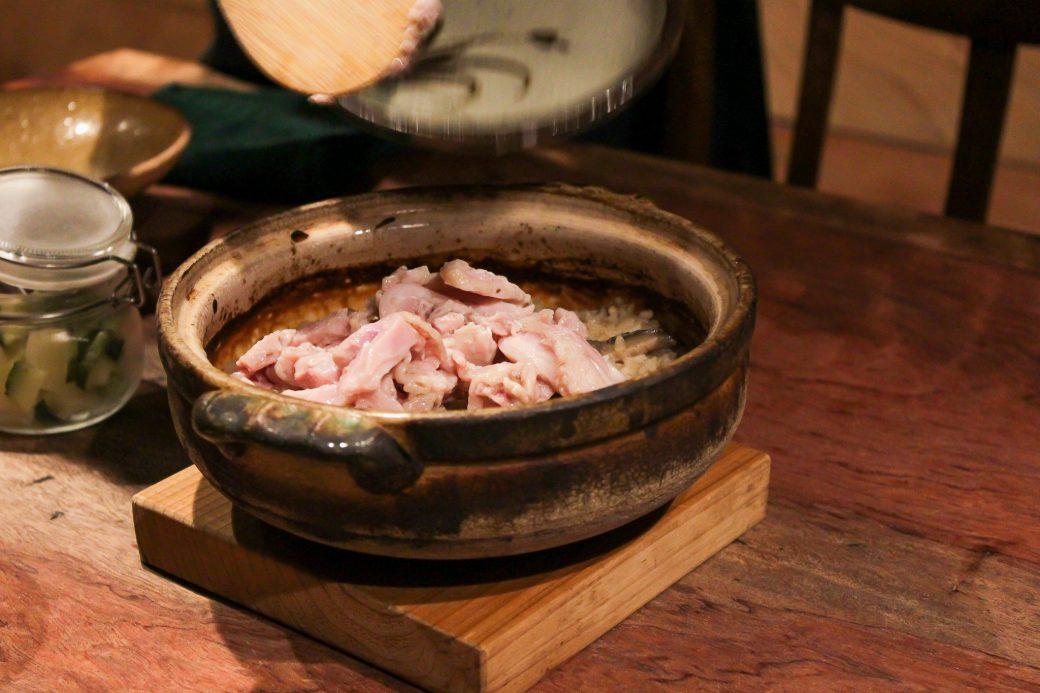 和N(わえぬ)の土鍋しいたけご飯に鶏肉を投入
