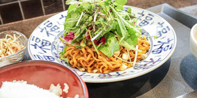 小菜一碟(シャオツァイイーデェ)の野菜がたっぷり乗った汁なし担々麺